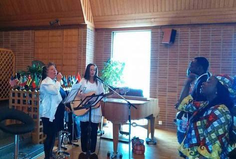 Min fru Anette och Ulrika leder lovsång